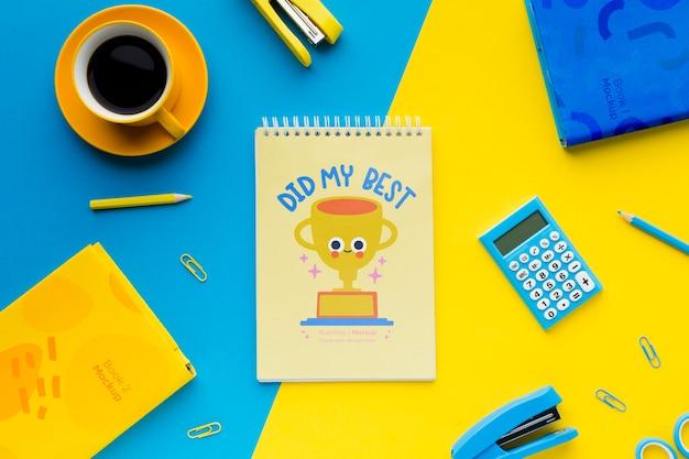 Bovenaanzicht van bureau met notebook en nietmachine