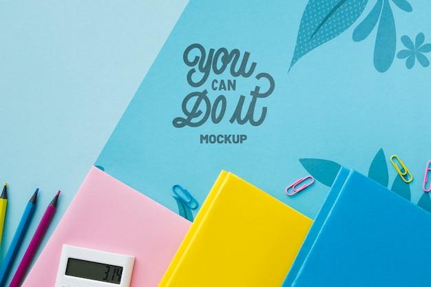 Bovenaanzicht van bureau met notebooks en potloden