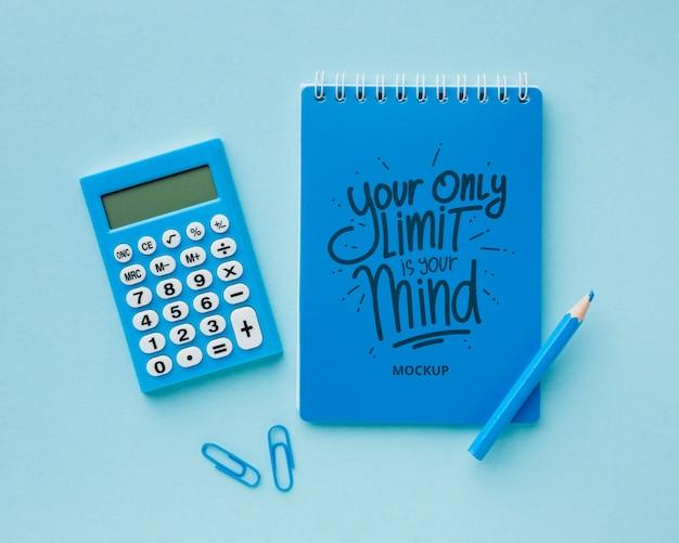 Bovenaanzicht van bureau met rekenmachine en potlood