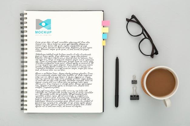 Bovenaanzicht van bureau oppervlak met glazen en koffie