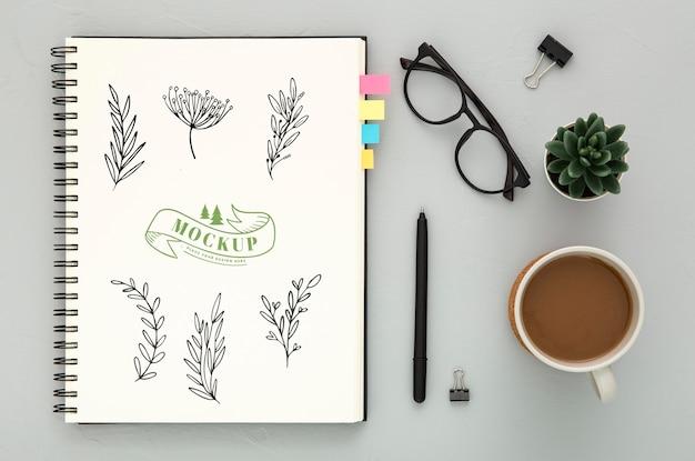 Bovenaanzicht van bureau oppervlak met koffie en glazen