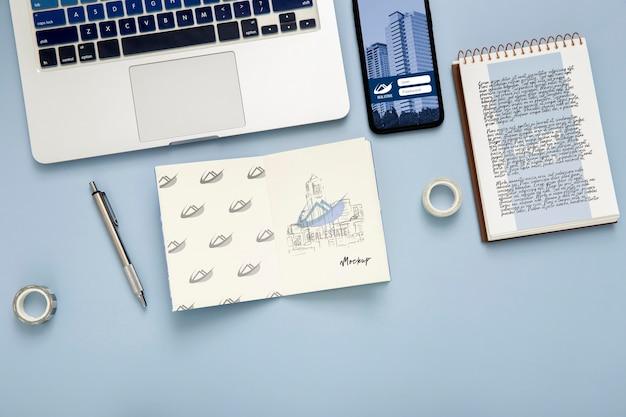 Bovenaanzicht van bureau oppervlak met laptop en notebook