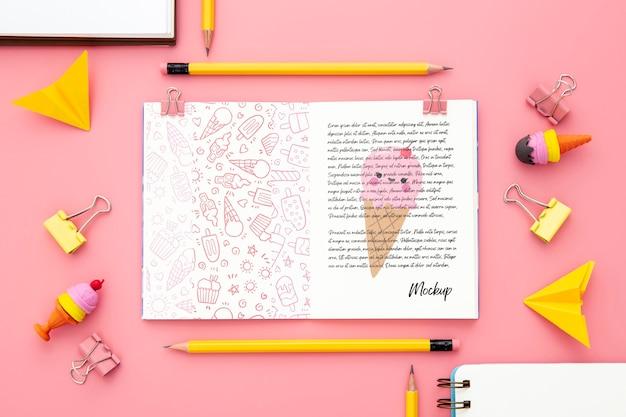 Bovenaanzicht van bureau oppervlak met notebook en paperclips