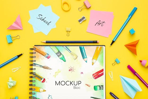 Bovenaanzicht van bureau oppervlak met notebook en potloden