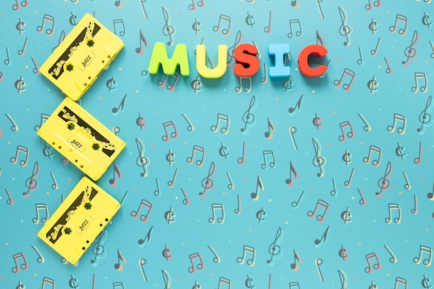 Bovenaanzicht van cassettes op blauwe achtergrond