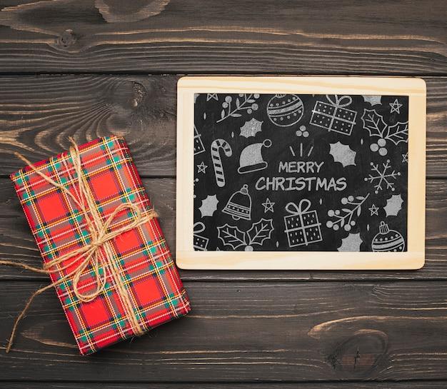 Bovenaanzicht van chalboard mock-up met kerstcadeau
