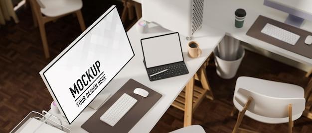Bovenaanzicht van comfortabele werkplek met mockup van computer en laptop