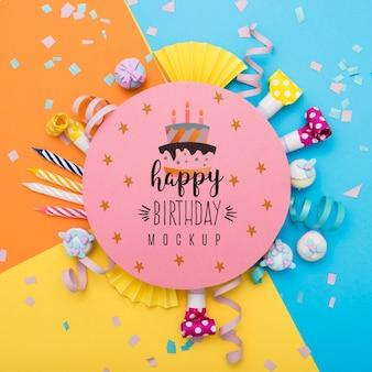 Bovenaanzicht van confetti en kaarsen voor verjaardagsverjaardag
