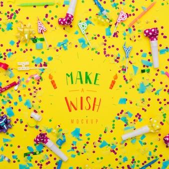 Bovenaanzicht van confetti met happy birthday kaarsen voor verjaardag