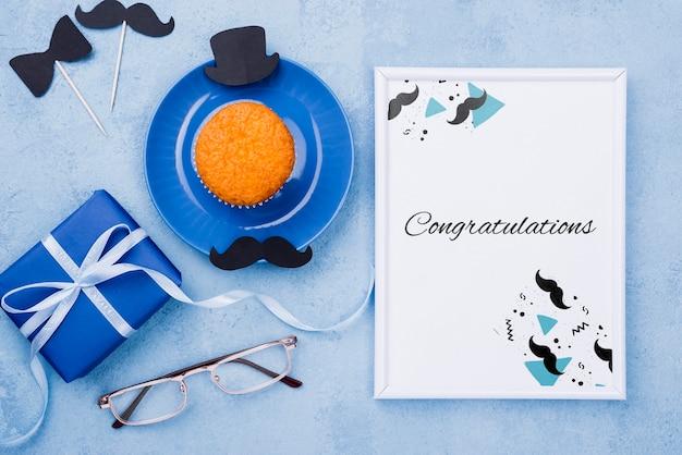 Bovenaanzicht van cupcake met cadeau en frame voor vaderdag