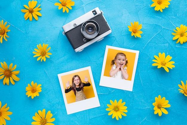 Bovenaanzicht van de camera en foto's op blauwe achtergrond