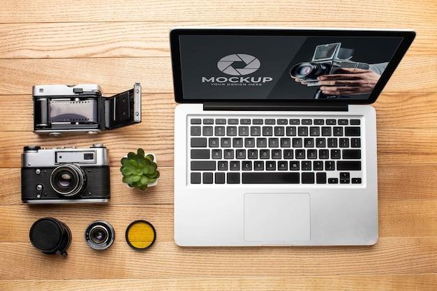 Bovenaanzicht van de houten werkruimte van de fotograaf met laptop