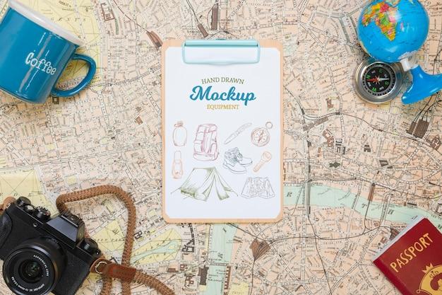 Bovenaanzicht van de kaart met mock-up reisbenodigdheden