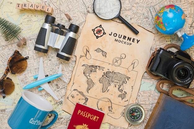 Bovenaanzicht van de kaart met vergrootglas en camera voor op reis