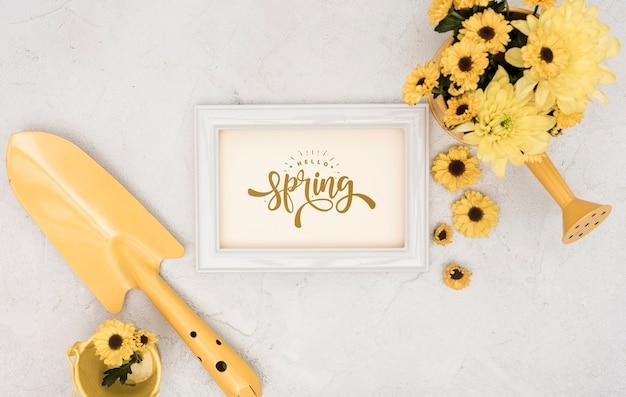 Bovenaanzicht van de lente gerbera met frame en gieter