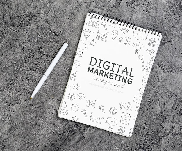 Bovenaanzicht van digitale marketing notebook