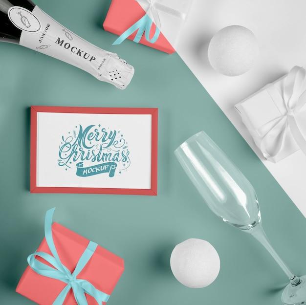 Bovenaanzicht van een champagnefles met een kerstframe
