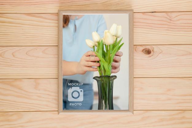 Bovenaanzicht van eenvoudige frame op houten achtergrond