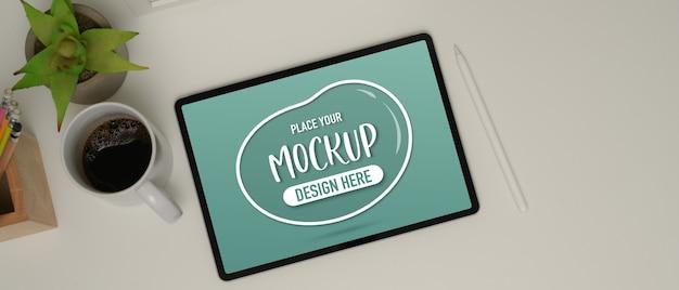 Bovenaanzicht van eenvoudige werkplek met mock-up tablet