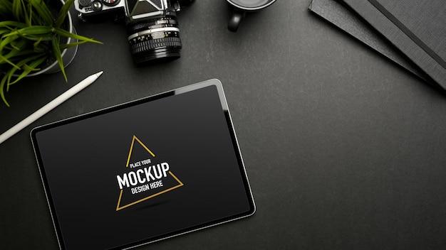 Bovenaanzicht van eenvoudige werkruimte met mockup voor digitale tablet-styluspen