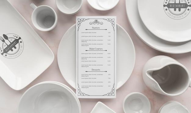 Bovenaanzicht van eenvoudige witte gerechten