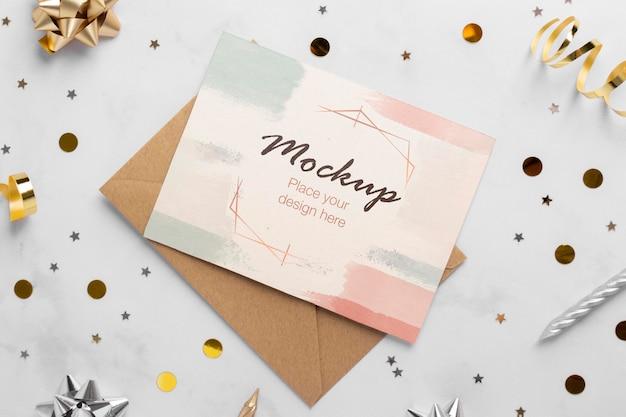 Bovenaanzicht van elegante verjaardagskaart met lint en confetti