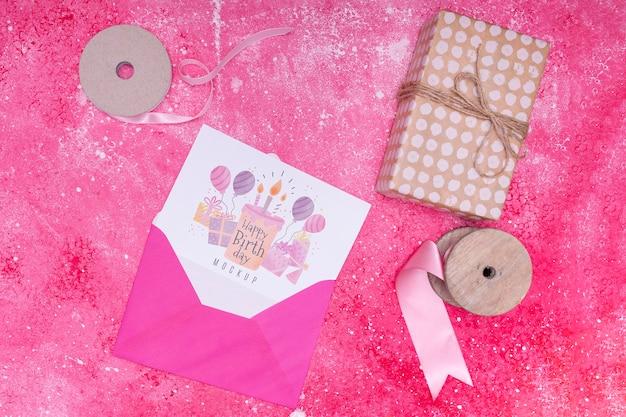 Bovenaanzicht van envelop met cadeau en verjaardagskaart