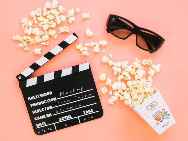 Bovenaanzicht van filmklapper met popcorn