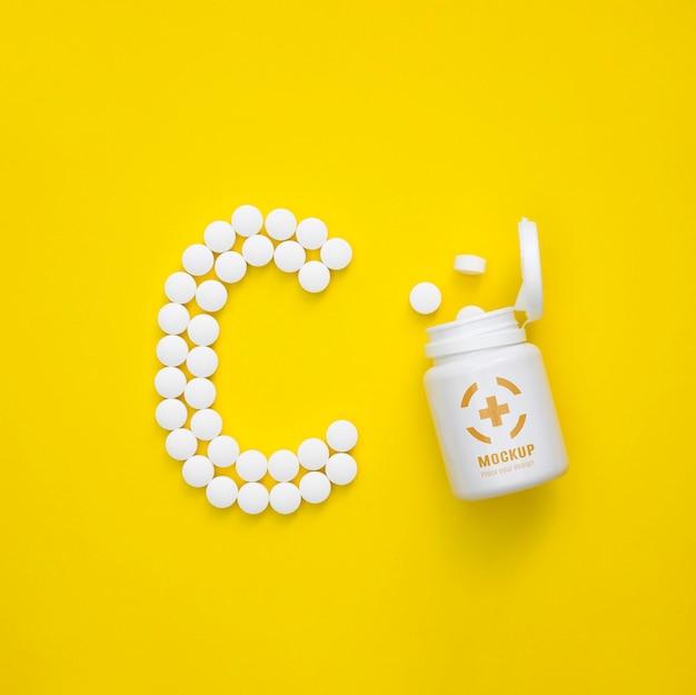 Bovenaanzicht van fles met pillen in de vorm van c