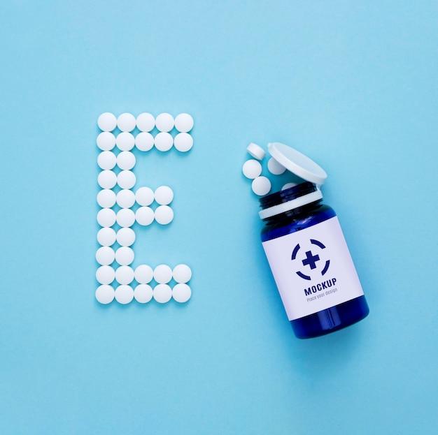Bovenaanzicht van fles met pillen in de vorm van e