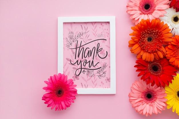Bovenaanzicht van frame en bloemen met roze achtergrond
