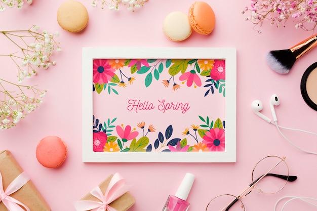 Bovenaanzicht van frame met bloemen en geschenken