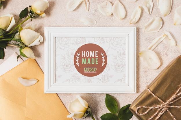 Bovenaanzicht van frame met geschenken en rozen