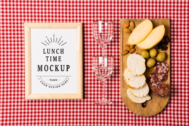 Bovenaanzicht van frame met glazen en eten voor picknick