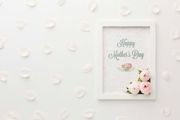 Bovenaanzicht van frame met lente rozen en bloemblaadjes