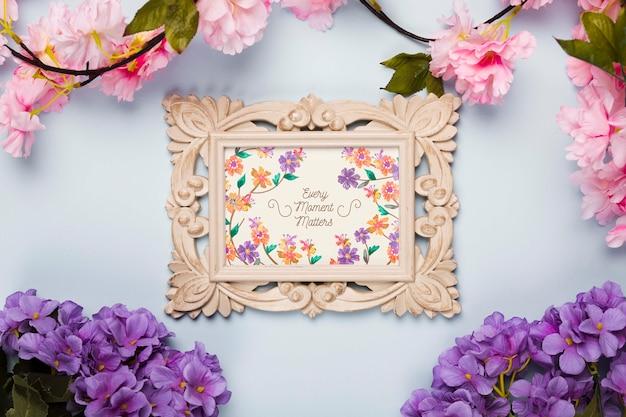 Bovenaanzicht van frame met lentebloemen
