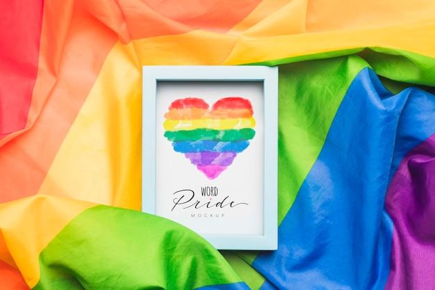 Bovenaanzicht van frame met regenboogkleurige stof