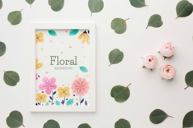 Bovenaanzicht van frame met rozen en bladeren