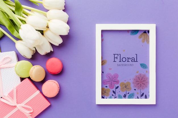 Bovenaanzicht van frame met tulpen en macarons