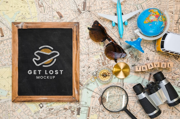 Bovenaanzicht van frame met zonnebril en globe voor op reis
