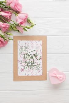 Bovenaanzicht van frame mock-up en bloemen op houten achtergrond