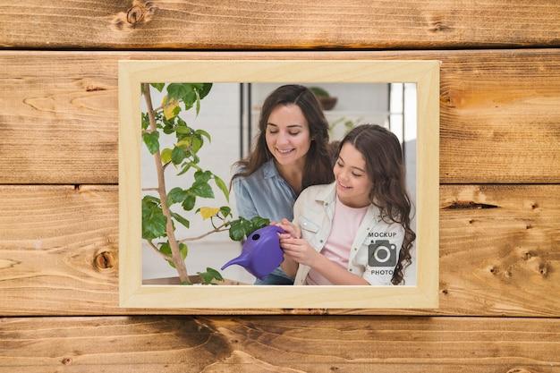 Bovenaanzicht van frame op houten achtergrond