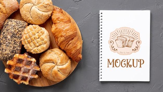 Bovenaanzicht van gebak met notitieboekje
