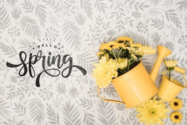 Bovenaanzicht van gele lentebloemen in gieter