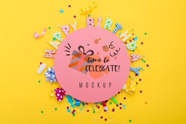 Bovenaanzicht van happy birthday kaarsen met confetti voor jubileumfeest