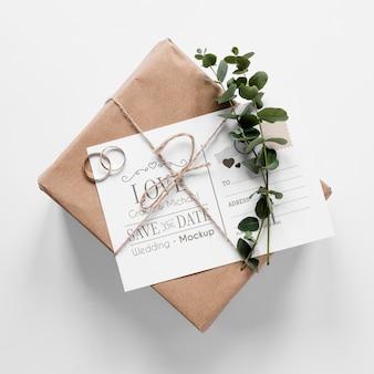 Bovenaanzicht van huwelijksgeschenk met kaart en ringen
