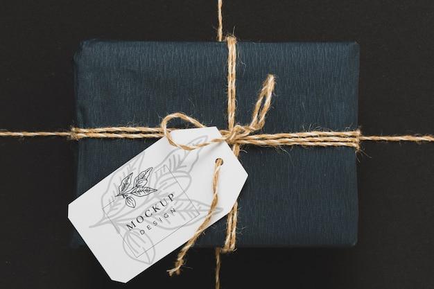 Bovenaanzicht van ingepakt cadeau met tag