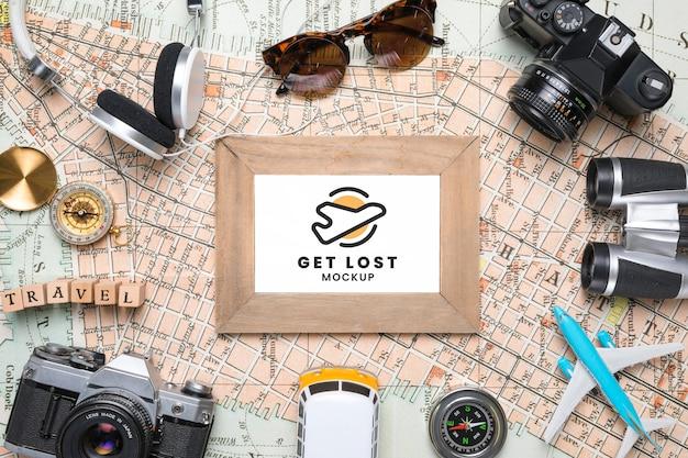 Bovenaanzicht van kaart met frame en andere reisbenodigdheden