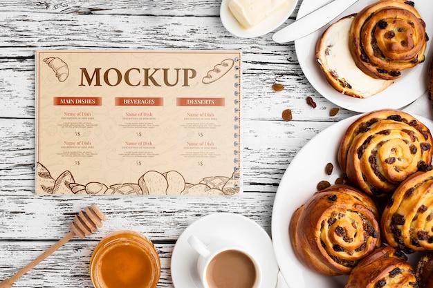 Bovenaanzicht van kaneelbroodjes met koffie en honing