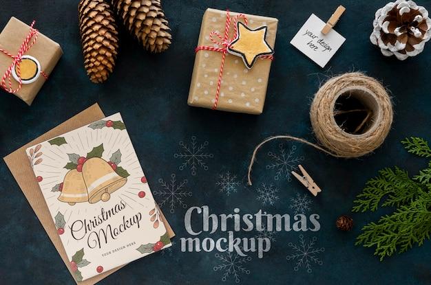 Bovenaanzicht van kerstambachten met cadeau